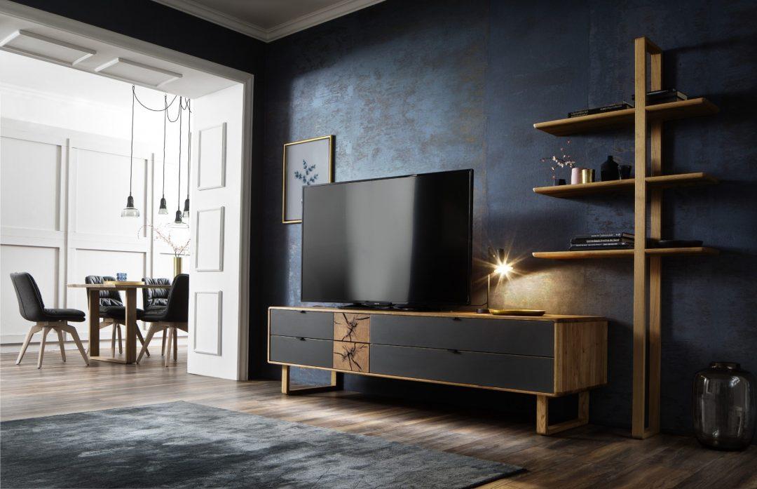 wohngestaltung maxwood mit tv lowboard und leiterregal in eiche massiv natur geolt mit hirnholzelementen und schwarzglas kombiniert